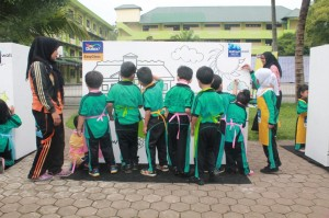 Pelajar TK Panca Budi sedang melakukan aksi mewarnai dinding pada sesi mural kids pada event Back To School #ForgivenessisEasy bersama Global TV dan Dulux.